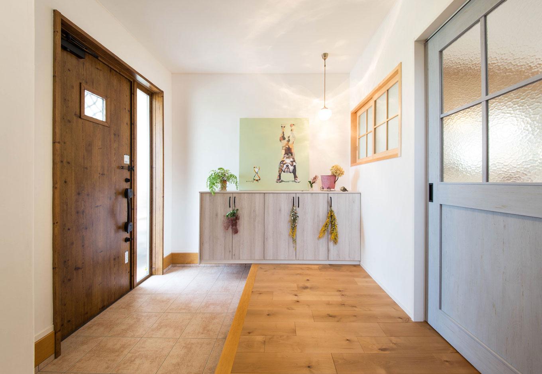 子育て安心住宅【1000万円台、デザイン住宅、平屋】LDKと玄関の間には、木の格子がナチュラルで可愛らしい窓を造作。引き戸にもガラスを合わせ、玄関にいてもリビングにいる人の気配を感じられるほか、自然光が満ちる玄関からLDKへ光を採り込むことができるのもこの造りのポイント