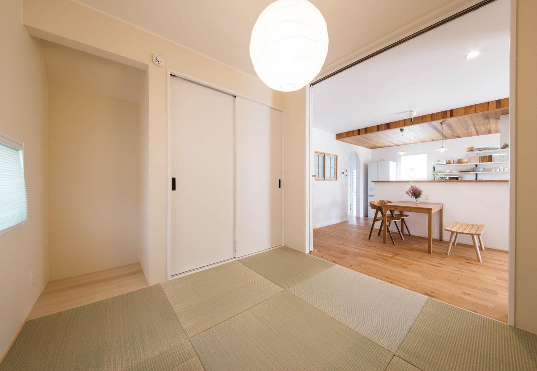 子育て安心住宅【1000万円台、デザイン住宅、平屋】和室は縁無しの半畳タイプのものにすることで、ナチュラルなLDKと違和感なくなじむ。引き戸で完全に仕切ることもできるので、ゲストルームとしても重宝する