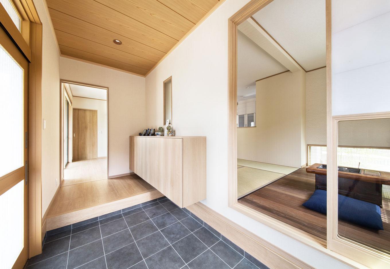 子育て安心住宅【1000万円台、和風、平屋】玄関正面にある「板の間」。障子の下半分をガラス戸にしたことで、玄関を開けるとすぐにお気に入りの空間が目に入る。こんなに開放的な家でも、冬はエアコン1台で家中が暖まるそう