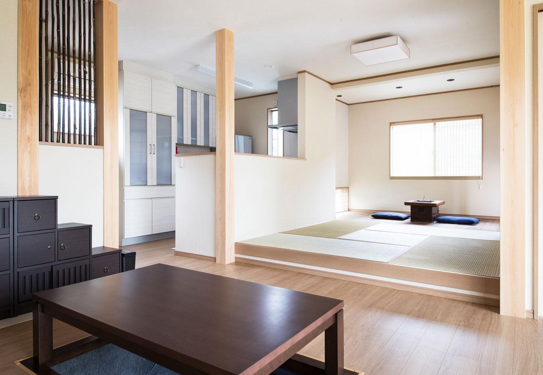子育て安心住宅【1000万円台、和風、平屋】キッチンと和室は配膳&片付けがさっとでき、会話も弾む距離感。キッチンからは和室、板の間、さらにはリビング全体にまで目が届く。右手に数歩進めば洗面室がある。キッチンを中心に家事を効率的に行える家事ラクな間取りはKさんの希望通り