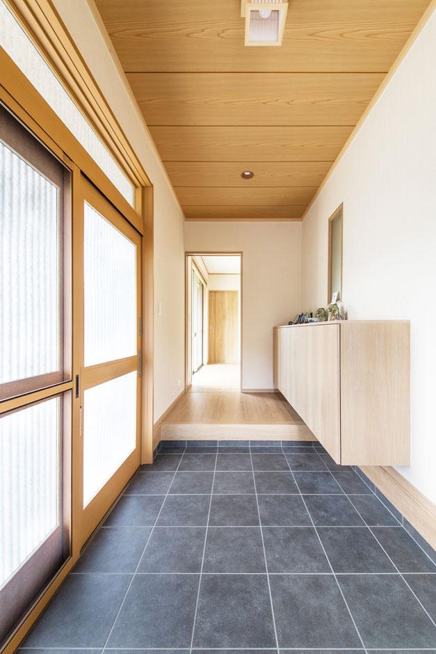 子育て安心住宅【1000万円台、和風、平屋】広々とした玄関は、造作のシューズクロークの設えもまた高級感を演出。土間スペースも広く、山登りが趣味のKさんはここで道具のメンテナンスをすることもあるそう
