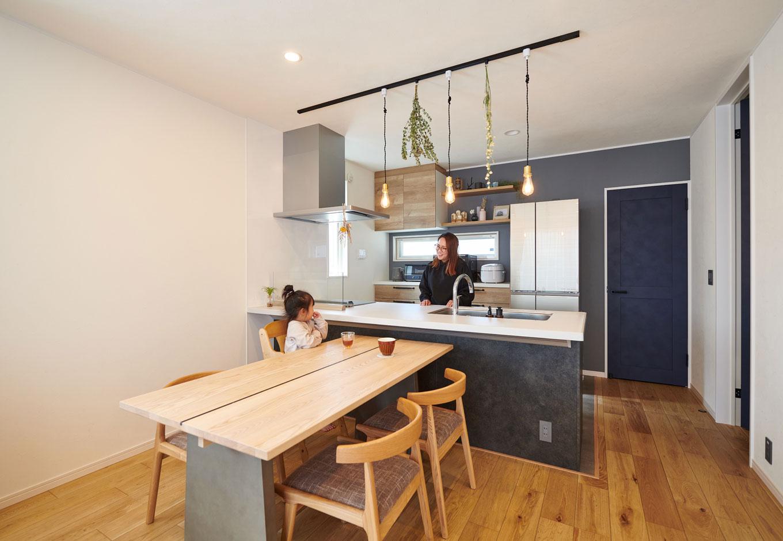 子育て安心住宅【1000万円台、デザイン住宅、子育て】見通しのいいオープンキッチンは、料理をしながらでも家族の顔を見て話をすることができる。「以前住んでいた家は壁付けキッチンだったので、子どもの顔が見えなくなるのがどうしても嫌だったんです。いつでも子どもを見守れるようになって嬉しいですね」と笑顔のTさん