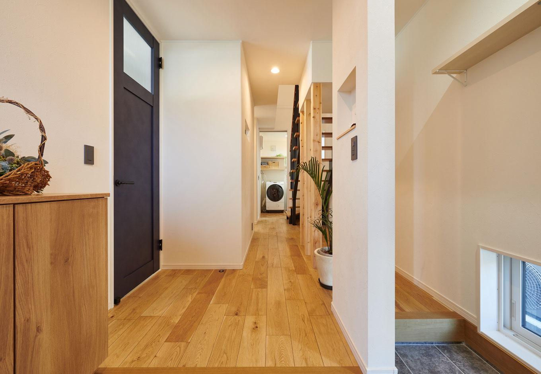 子育て安心住宅【1000万円台、デザイン住宅、子育て】玄関からホールに上がり、まっすぐ進むと洗面・脱衣室へ。帰宅後、リビングに入る前にまず「うがい&手洗い」ができる動線は、ウイルス対策が気になる人にぜひ真似してほしいアイデアだ。空間をより広く見せられるよう、1階はほぼすべてハイドアを採用しているのもTさんのこだわり