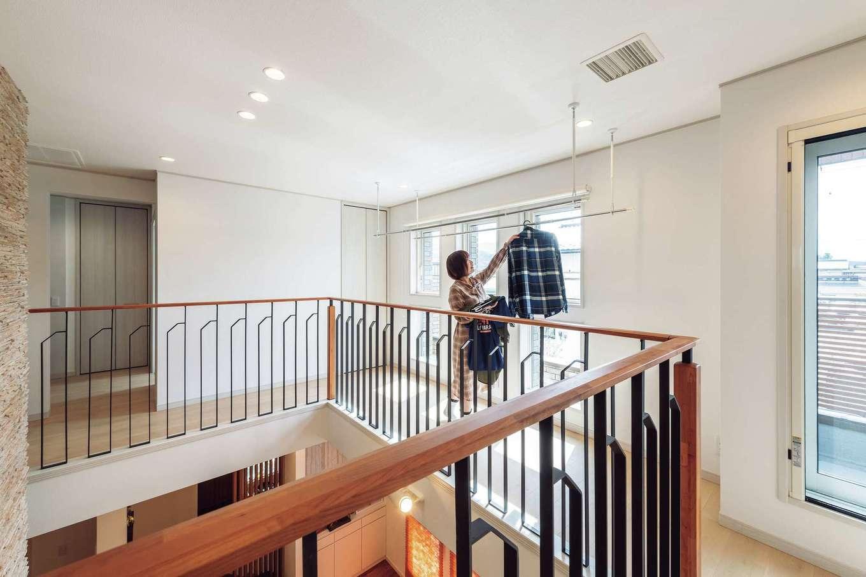 ウィザースホーム【1000万円台】2階の回廊は物干し場としても活躍。全館空調・24時間計画換気システムを採用しているため、綺麗な空気で部屋干しも捗る