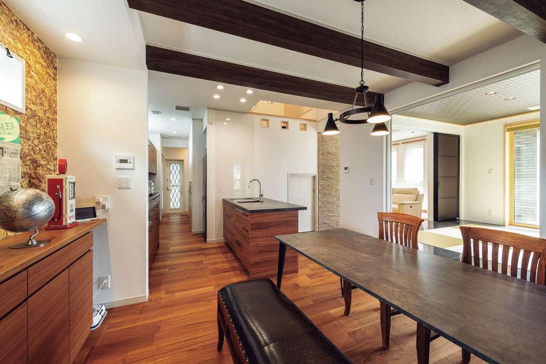 ウィザースホーム【1000万円台】ダイニングキッチンは和室と梁、インテリアが良いアクセントになった落ち着きあるデザインに。キッチン奥にはパントリーなど収納スペースも豊富にあり使い勝手も◎