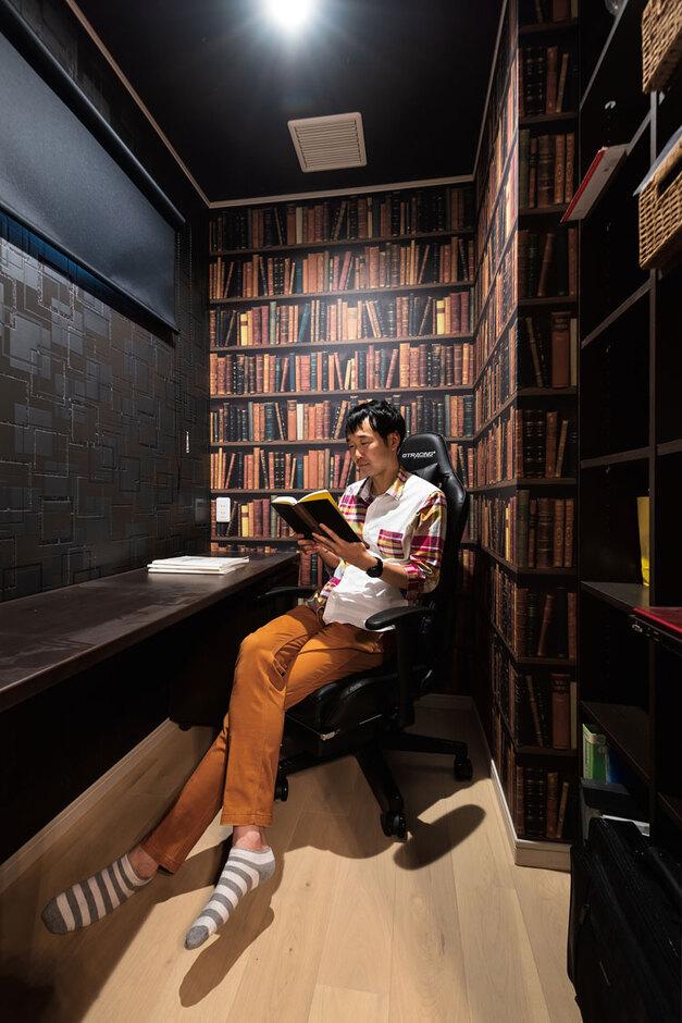 ウィザースホーム【1000万円台】主寝室に隣接するご主人の書斎は、書棚風クロスで遊び心を。「システム本棚」を採用