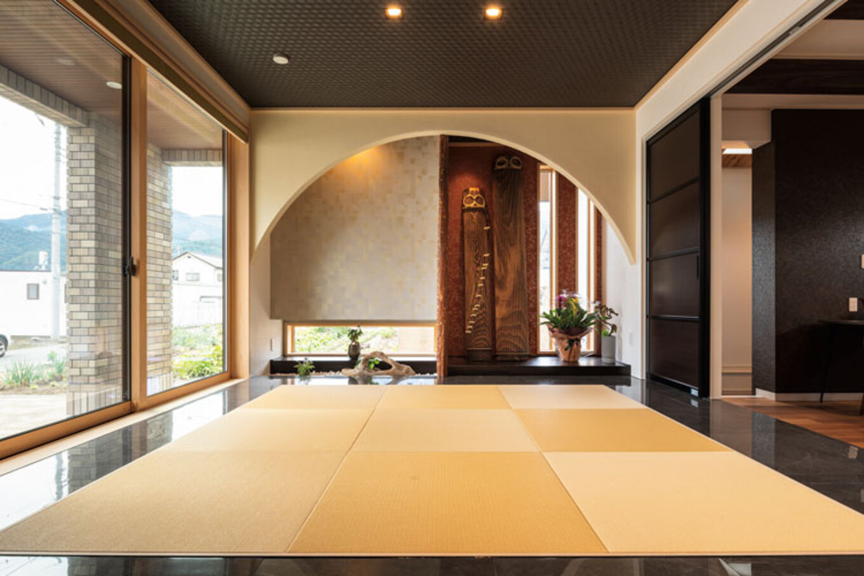 ウィザースホーム【1000万円台】モデルハウスをヒントに奥さまがデザインした和室。半円を描いた床の間に飾られた琴が優雅な空間を演出