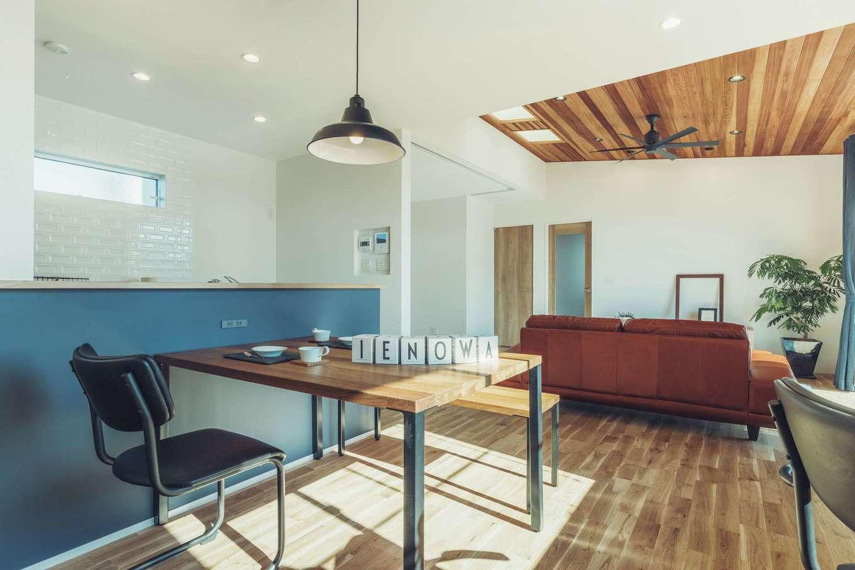 ienowa【1000万円台】キッチンカウンターの壁の色や黒いアイアンなど、細部までデザインにこだわって空間を仕上げる