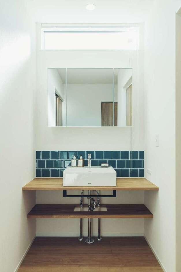 ienowa【1000万円台】洗面台は既製品を使わず造作。ブルーのタイルもこだわりの一つ