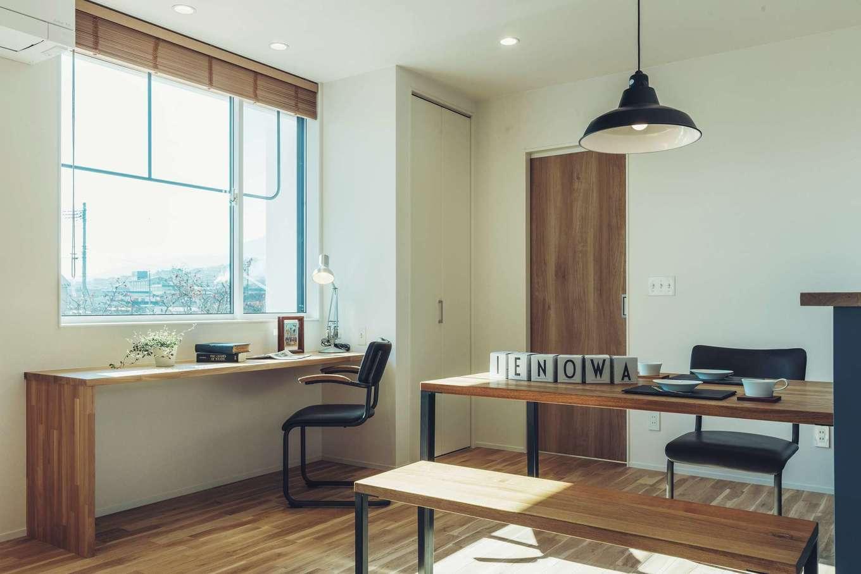 ienowa【1000万円台】窓際にはワークスペースを。この空間があるだけで、生活と仕事の切り分けが上手にできる
