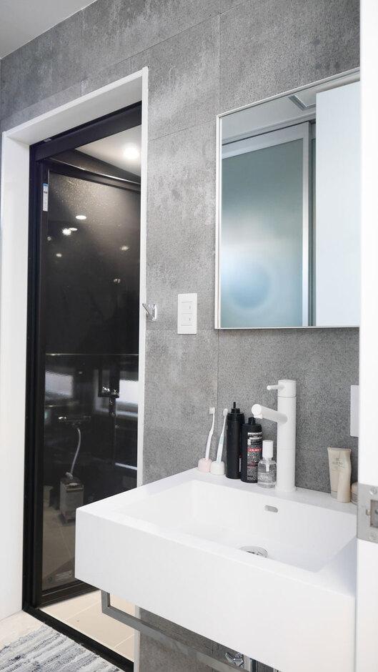 Nhouse【甲府市・モデルハウス】グレーの壁紙がスタイリッシュな雰囲気を演出する洗面所