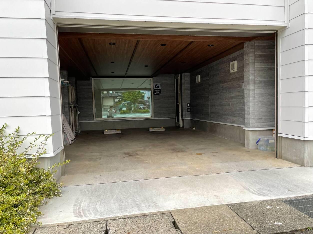 Nhouse【甲府市・モデルハウス】愛車を安心して格納できるインナーガレージ・電動シャッター