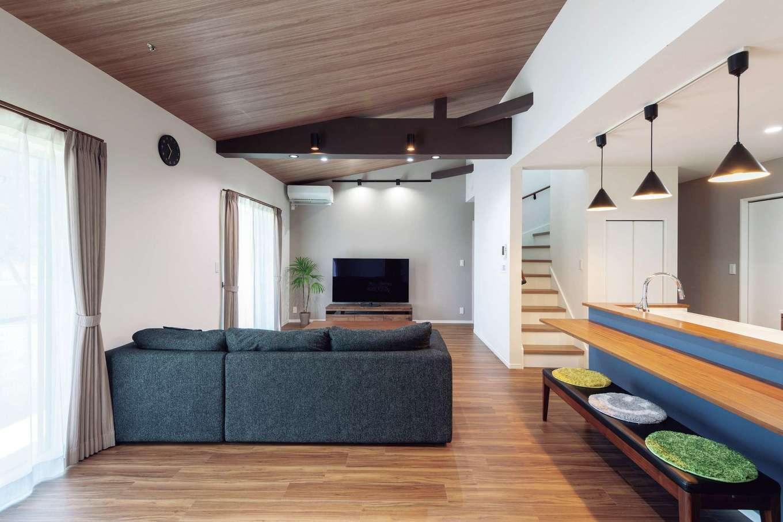 Nhouse【1000万円台、省エネ、間取り】16畳ものリビングは遮るものがなく、勾配天井の効果も相まって数字以上に広々と開放的。これだけの大空間でも、ダブル断熱と全熱交換システムのおかげで、真冬もエアコン1台で快適な室温を保てる