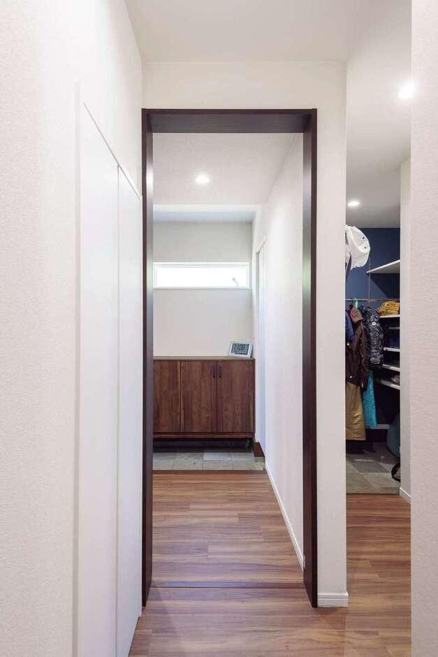 Nhouse【1000万円台、省エネ、間取り】玄関~土間~洗面へと続く生活動線は奥さまの希望。家族の生活に合わせた動線は完全自由設計ならではのフィット感。最適を導き出す提案力も同社の魅力だ