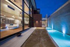 吹き抜けの大空間から水盤を眺めて楽しむコートハウス