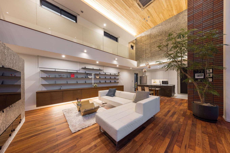 i.u.建築企画【高級住宅、建築家、鉄骨鉄筋コンクリート構造】開放感を強調するため、2階の階段の手すり部分もスケルトンにした。飾り棚の下と天井の間接照明が、無垢材や天然石の素材感を引き立てている