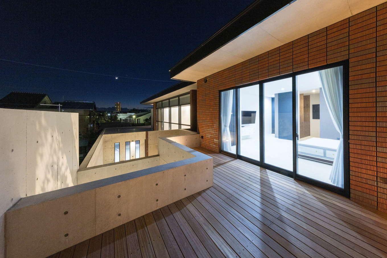 i.u.建築企画【高級住宅、建築家、鉄骨鉄筋コンクリート構造】2階のベッドルームからは広いテラスウッドデッキと繋がっている。デッキで星空を眺めながらカクテルタイムを楽しむなど、もう1つの庭として、中庭とは異なる楽しみ方を味わえる