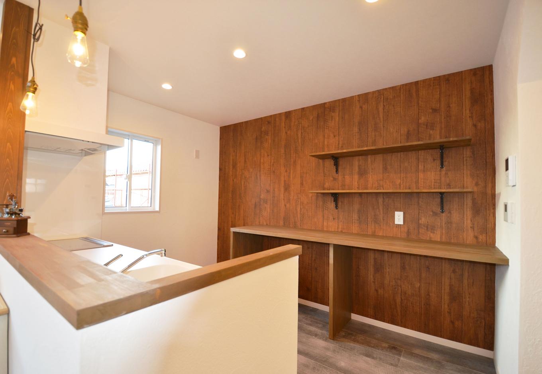 ティアラホームスタイル【1000万円台、デザイン住宅、間取り】キッチンの後ろの収納は、かわいらしいプロバンス風の壁掛け棚