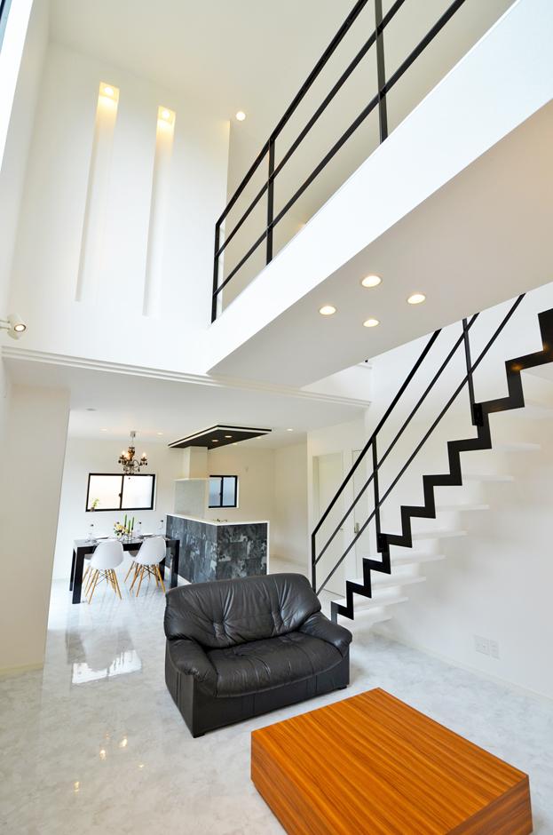 ティアラホームスタイル【1000万円台、デザイン住宅、間取り】リビングの中にあって、一際存在感を放つオリジナル鉄骨階段。1階と2階をつなぐ動線として、インテリアのオブジェとして様々な顔を持つ