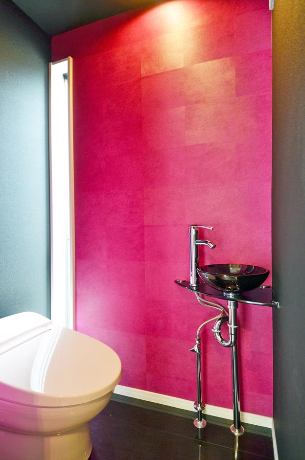 トイレには、さし色として奥さまが好きなショッキングピンクを!