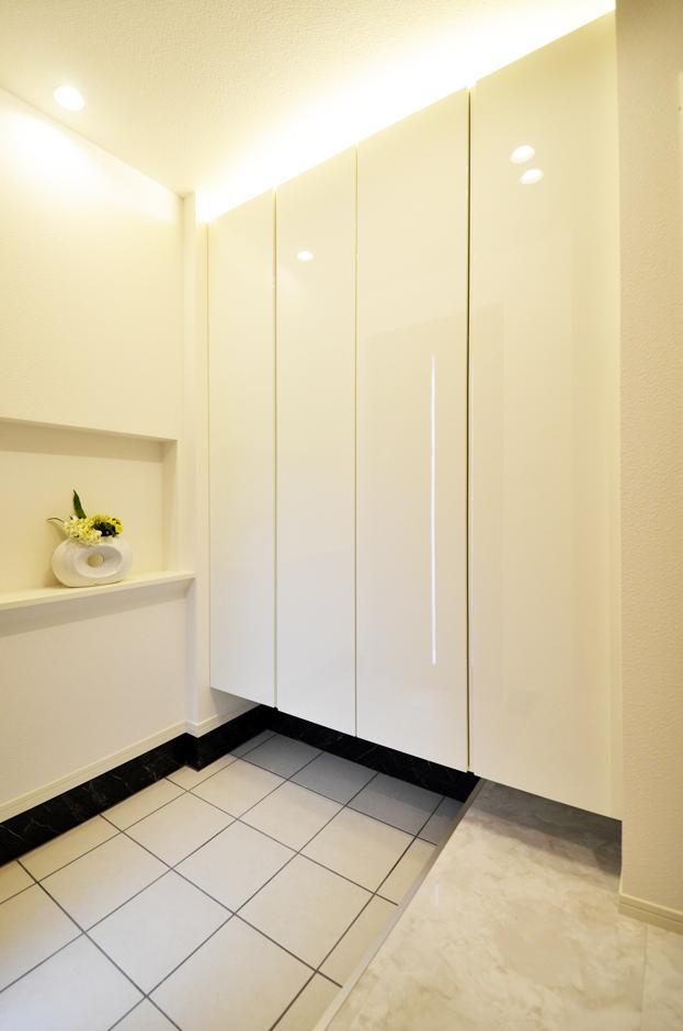 客人を優しく包み込む、間接照明が美しい幻想的な玄関