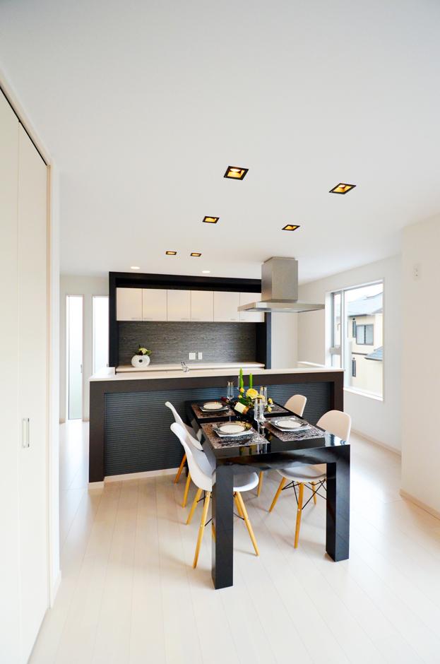 ティアラホームスタイル【1000万円台、デザイン住宅、間取り】毎日繰り返される家事を効率よくこなすため、奥さまの理想的な動きを設計に落とし込み形にした、アイランドキッチンのレイアウト