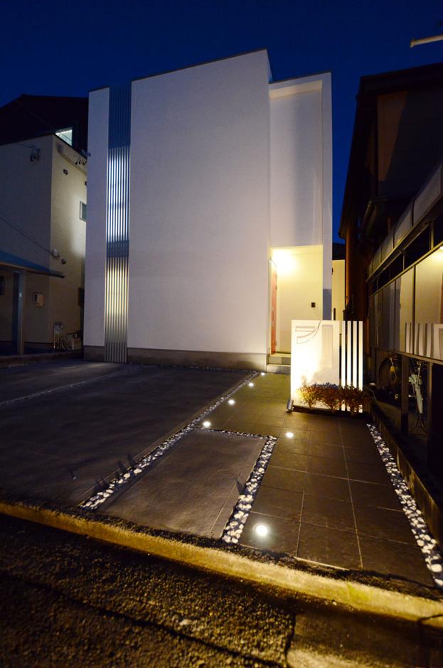 アプローチタイルに埋め込められたアッパーライト。夜になると更に美邸が際立つ!