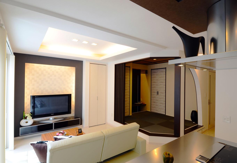 夫婦の疲れを癒す空間として、照明は間接照明や調光可能なダウンライトを設け、シーンにあわせたリラクゼーションスペースを演出