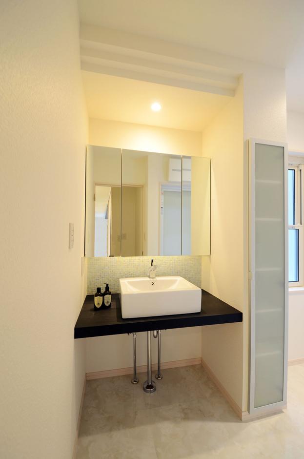 洗面脱衣室に造られたオリジナルの洗面化粧台は、造り付けのトール型収納に、3面鏡型ミラーボックスにも収納でき、いつもスッキリした空間!