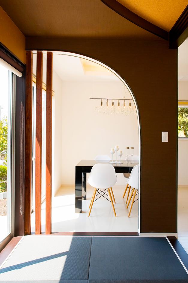 キッチンレイアウトは、家事の負担を軽減する周回可能な動線が特徴のアイランド型