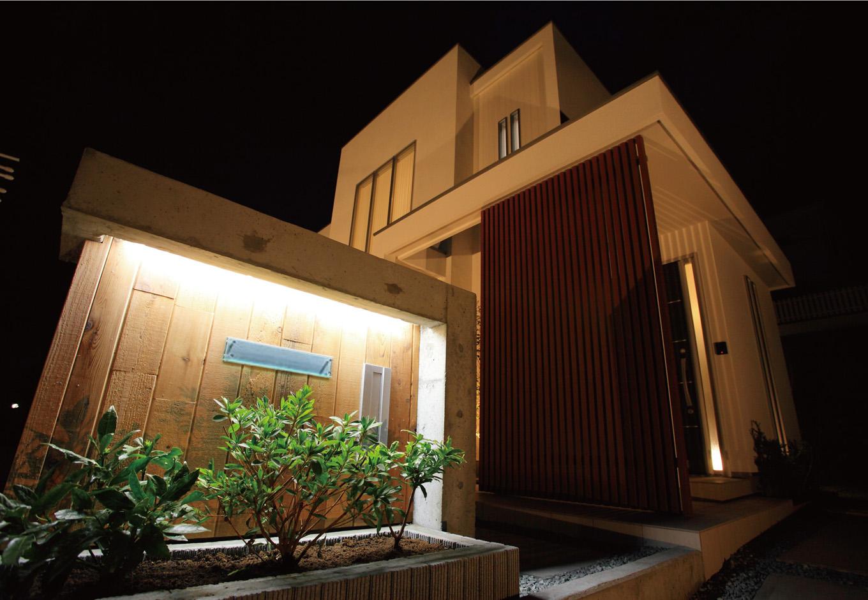 ティアラホームスタイル【デザイン住宅、間取り、インテリア】BOXの折り重なり。入口は間接照明でライトアップ