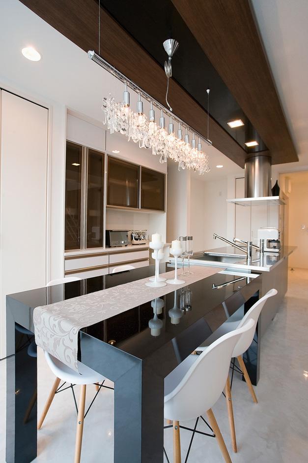 ティアラホームスタイル【デザイン住宅、間取り、インテリア】キッチンレイアウトは、周回できる動線上にキッチン収納が設置されたアイランド型を採用