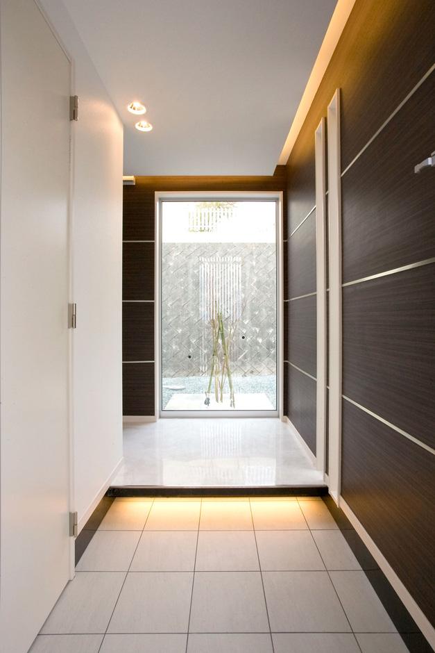 ティアラホームスタイル【デザイン住宅、間取り、インテリア】玄関ホールで目に飛び込んでくる大きなサッシ越しに映る、S邸第2のシンボルツリーであるモミジ