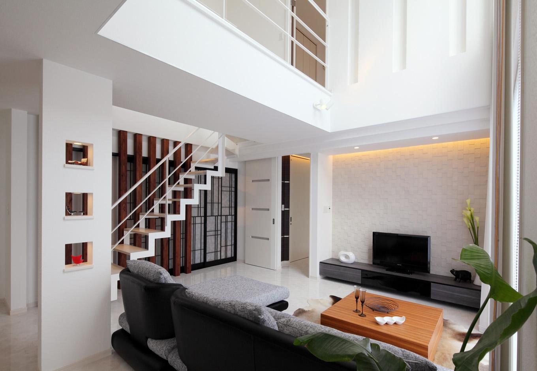 ティアラホームスタイル【デザイン住宅、間取り、インテリア】リビングの吹き抜けには大きなサッシを縦に並べてることで、陽光が室内の奥まで届く、明るくあたたかい空間を演出