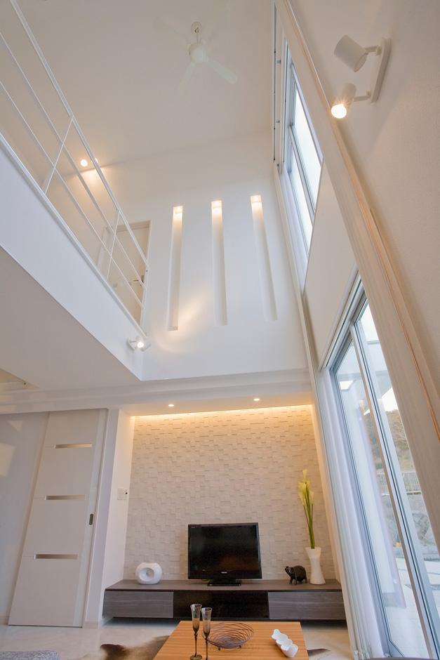 ティアラホームスタイル【デザイン住宅、間取り、インテリア】21畳を超える大LDK。なんと高さ6mに及ぶ吹き抜け空間