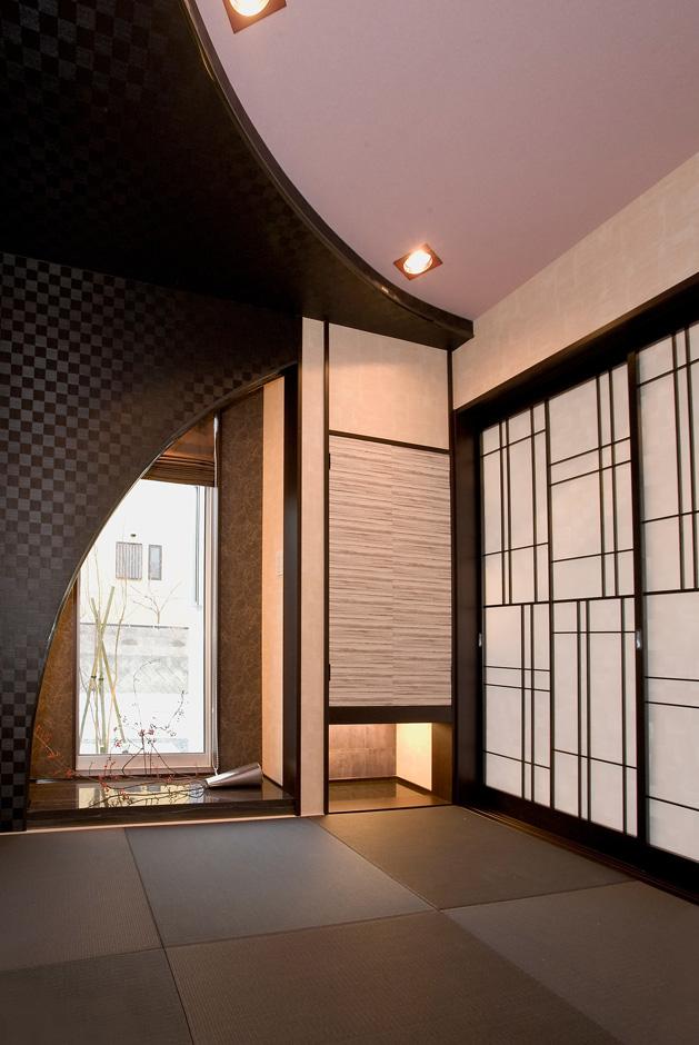 ティアラホームスタイル【デザイン住宅、間取り、インテリア】天井と壁に描かれた、対の曲線造作の先にある床の間に設けられたサッシ目をやると、そこには玄関からも眺められたモミジが