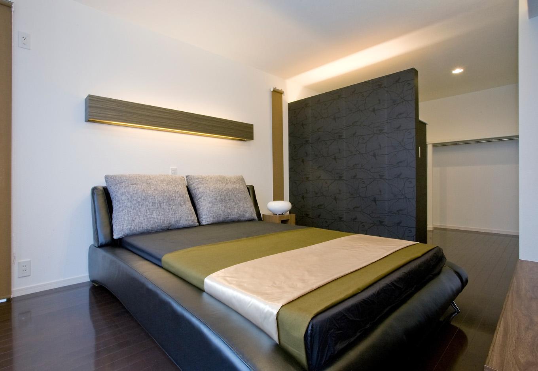 ティアラホームスタイル【デザイン住宅、間取り、インテリア】リゾート感漂う大人の雰囲気をまとった主寝室。居室の随所に設けられた間接照明は、夫婦が過ごすさまざまなシーンに合わせたカスタマイズが可能