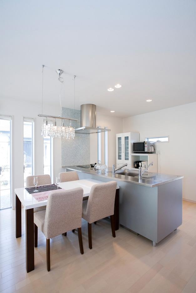 家族と話せる対面キッチンに、ダイニング横は縦長のサッシで明るい光が入る