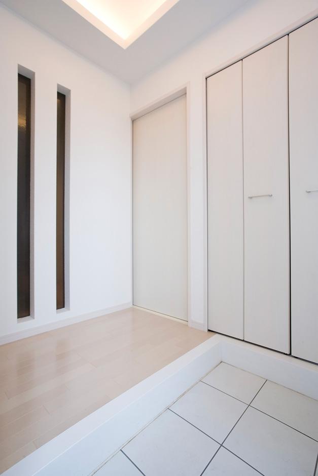玄関は間接照明が美しい。スリムサッシと大容量シューズクロークで広々空間