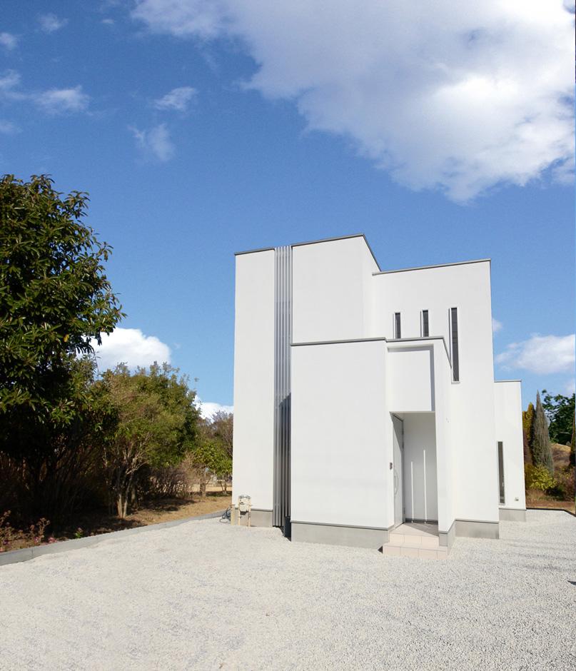 ティアラホームスタイル【1000万円台、デザイン住宅、間取り】綺麗な白い塗り壁+リシン仕上げの美しい外観。高さが違う屋根で躍動感ばっちりなデザイン