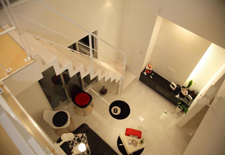 ティアラホームスタイル【1000万円台、デザイン住宅、間取り】広い吹き抜け空間には、オブジェとしても存在感を放つ真っ白な鉄骨階段