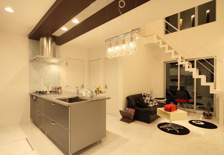 ティアラホームスタイル【1000万円台、デザイン住宅、間取り】吹き抜けの縦長空間で広々リビング。ゆったりとした時間が過ごせる