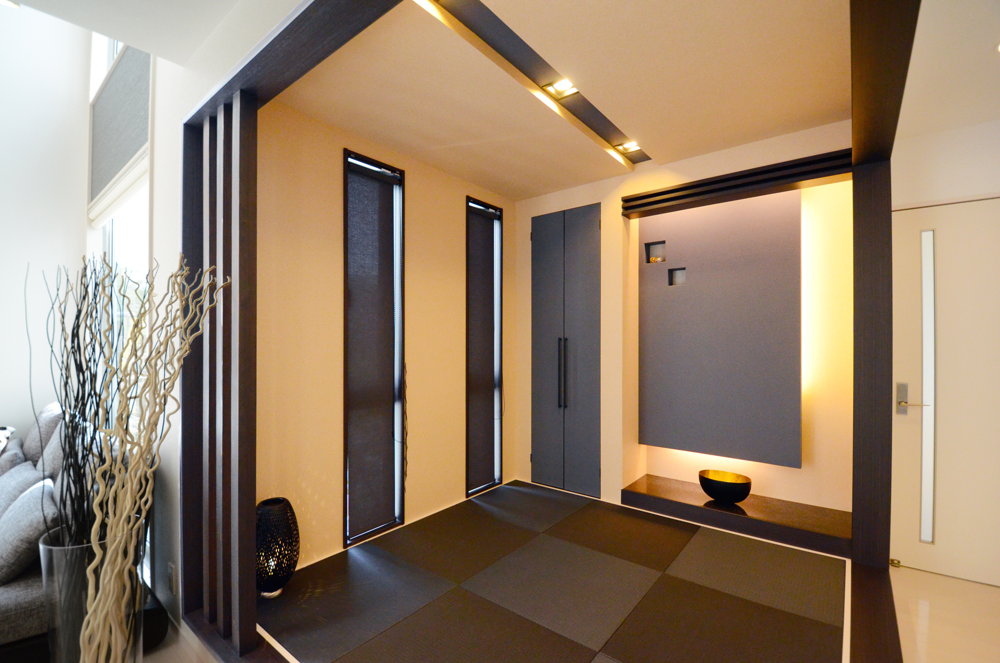 ティアラホームスタイル【1000万円台、デザイン住宅、収納力】間接照明を組み込んだ床の間、黒い畳、天井の折り上げ造作など、高いデザイン性を感じさせる畳コーナー