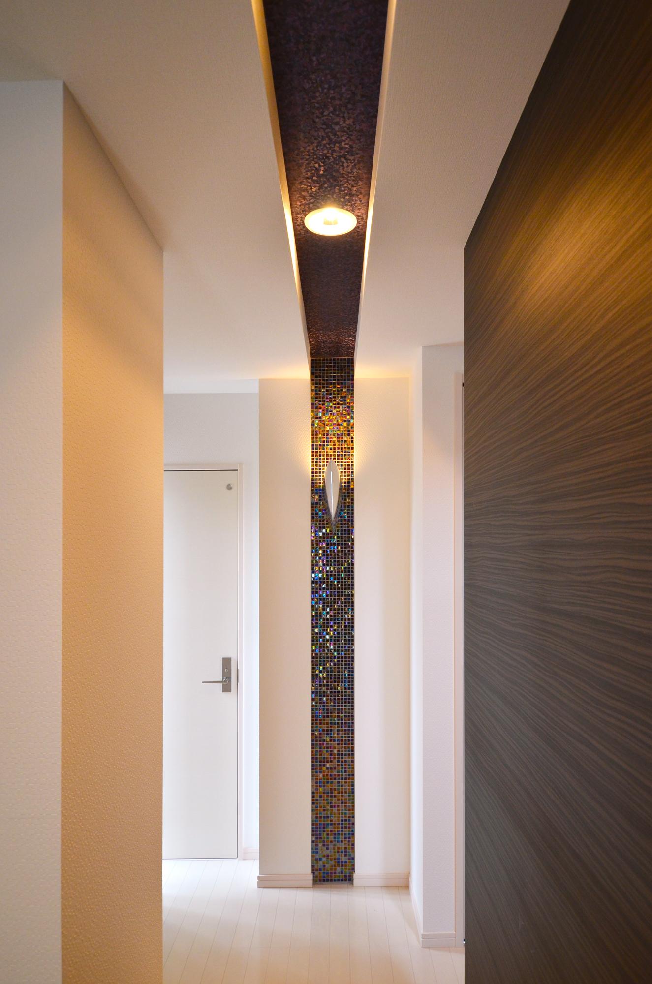ティアラホームスタイル【1000万円台、デザイン住宅、収納力】装飾のキラキラタイルが玄関をエレガントに演出