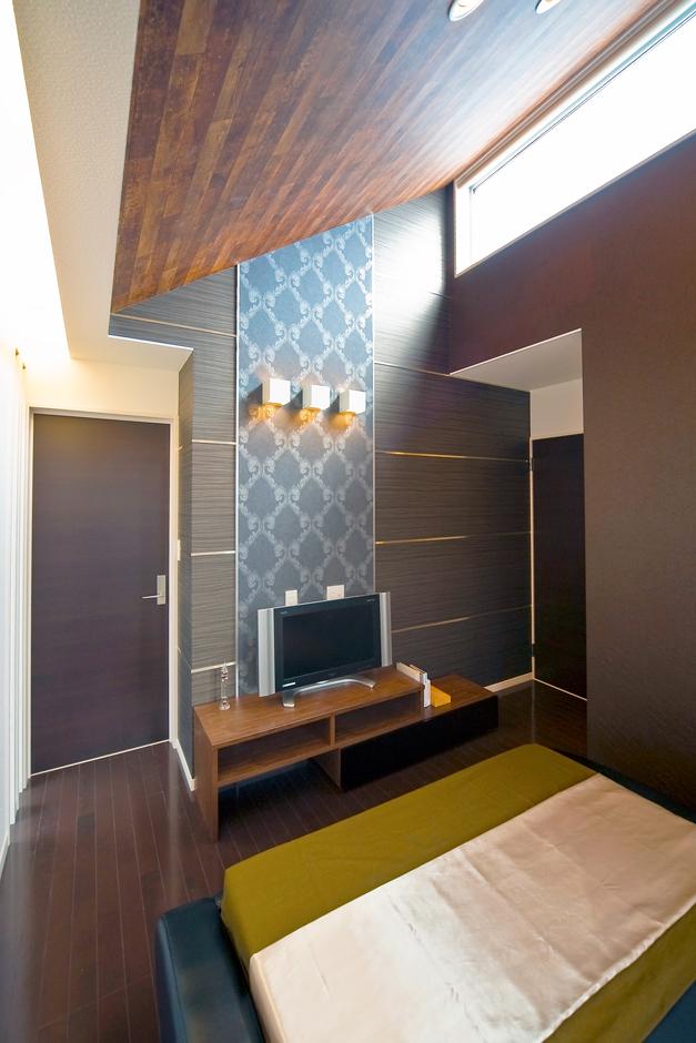 主寝室は、大胆な勾配天井を設けた開放感あふれる快適空間。天井付近に大きなサッシを設けて陽光たっぷり!