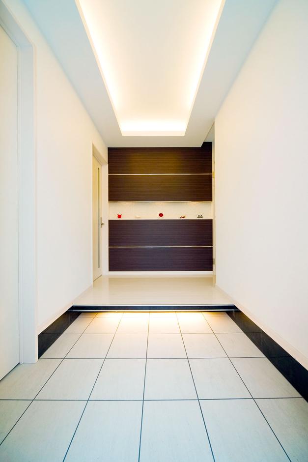 間接照明と飾り棚によっておもてなし空間の完成