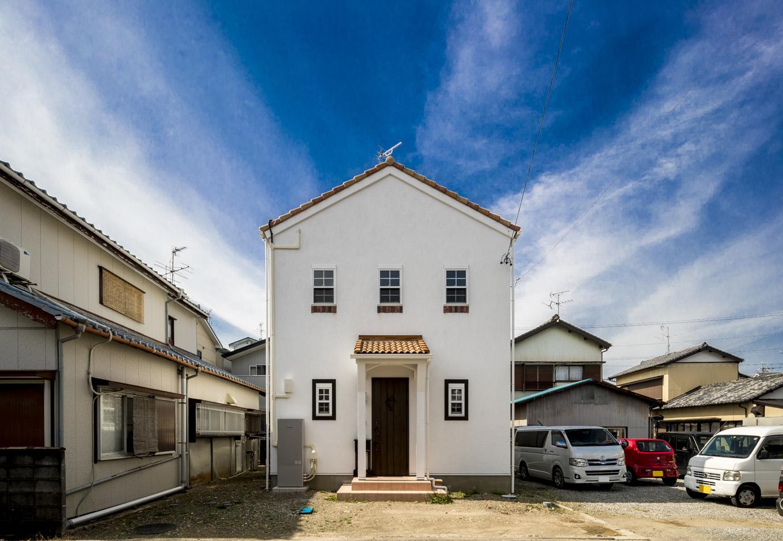 ティアラホームスタイル【1000万円台、デザイン住宅、間取り】白の外壁に茶色のかわら屋根がかわいらしい南欧プロバンスの外観