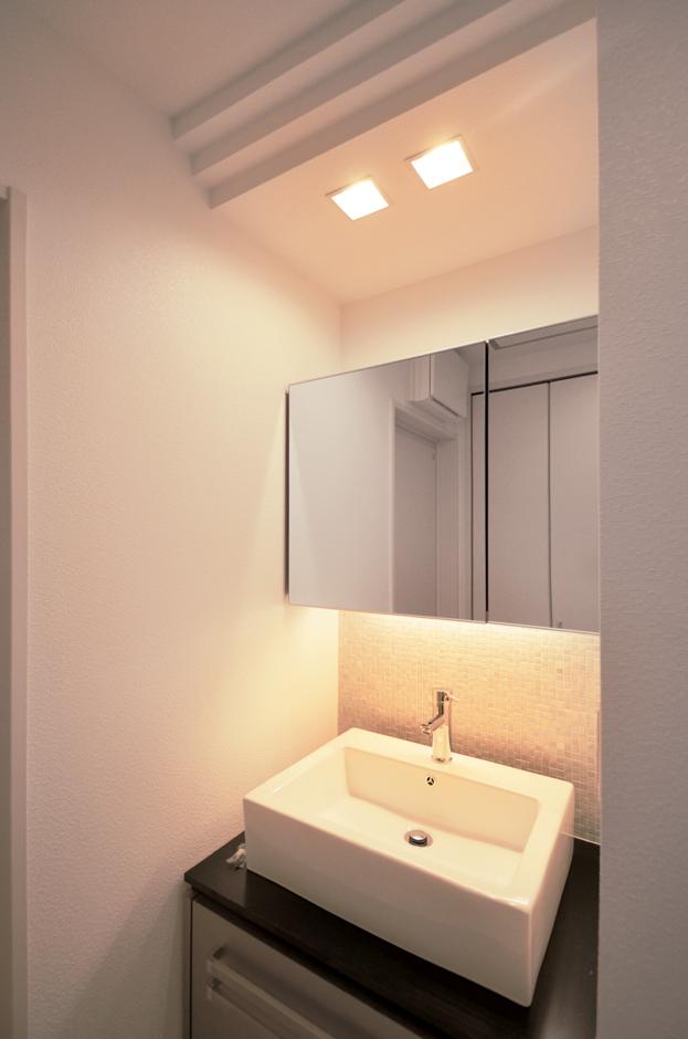 シンプルで使いやすい、オリジナルの洗面化粧台。照明もこだわったことで癒しの空間に