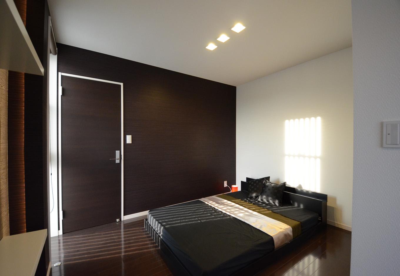 ティアラホームスタイル【1000万円台、デザイン住宅、収納力】黒を基調としたシンプルかつ落ち着いた雰囲気の寝室