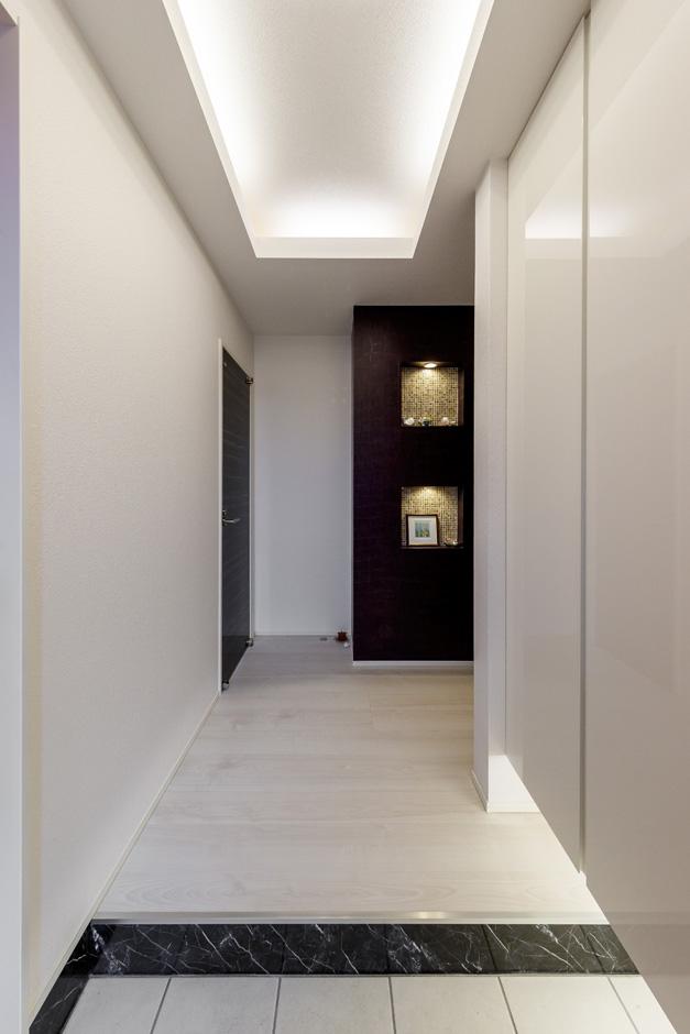 ティアラホームスタイル【1000万円台、デザイン住宅、省エネ】玄関正面、紫色のニッチには、趣味のものをディスプレイ